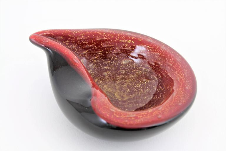 Mid-20th Century Alfredo Barbini Red and Black Gold Flecked Murano Glass Bowl For Sale