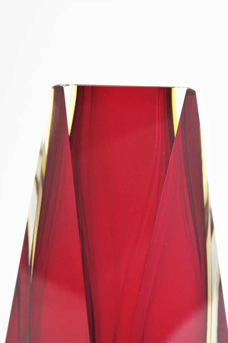 Huge Mandruzzato Sommerso Ruby Red and Yellow Faceted Murano Art Glass Vase In Good Condition For Sale In Barcelona, ES