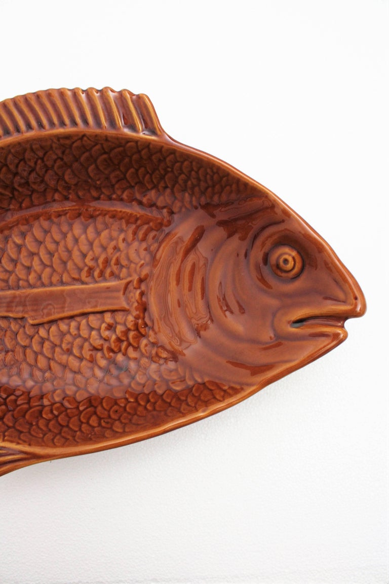 Huge 1960s Portuguese Majolica Glazed Ceramic Fish Platter Manufactured by Secla In Excellent Condition For Sale In Barcelona, ES