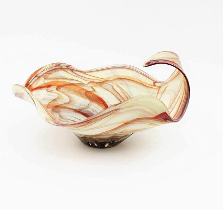 Large Mid-Century Modern White and Toffee Swirls Murano Glass Centerpiece In Excellent Condition For Sale In Barcelona, ES