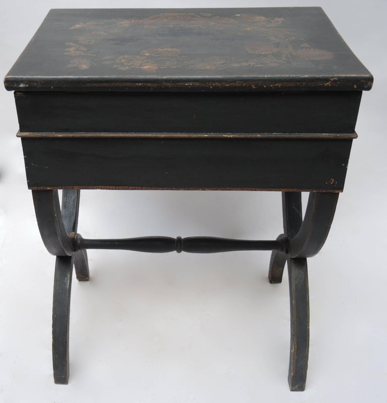 19th Century English Regency Black Decoupage Side Table or Dressing Table In Good Condition For Sale In Antwerp, BE