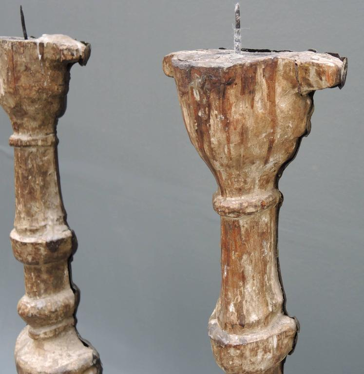 Pair of 18th Century  Italian Altar Candlesticks in Repousse Brass And Wood In Good Condition For Sale In Antwerp, BE