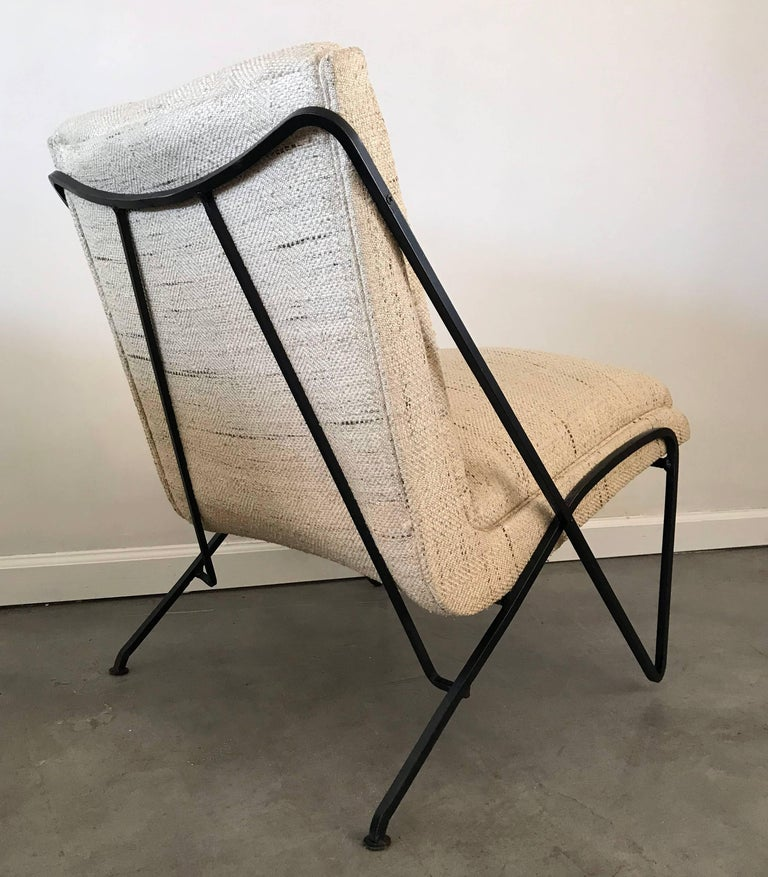 An absolutely gorgeous lounge chair by Maurizio Tempestini for Salterini. The lounge chair has a wrought iron frame with hairpin / paperclip style legs and has been ebonized in a satin black. The chair itself still retains its original oatmeal