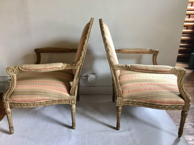 French Louis XVI Style Carved Fauteuil Bergère Armchairs by Henredon, Pair In Good Condition For Sale In Lambertville, NJ