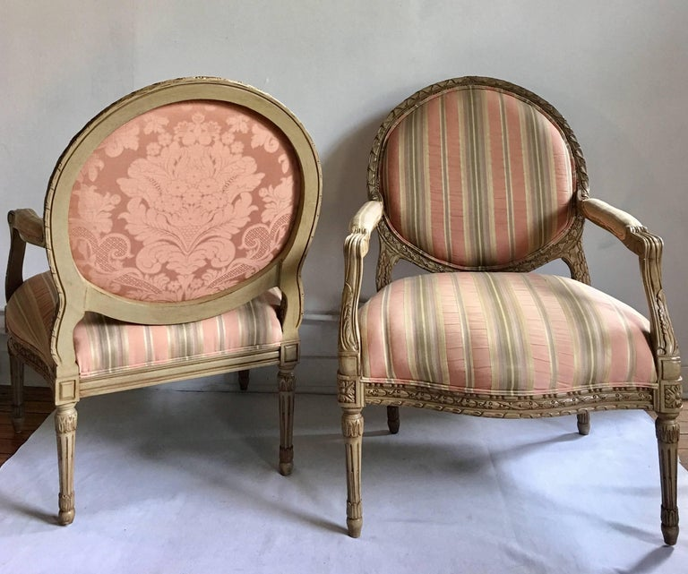American French Louis XVI Style Carved Fauteuil Bergère Armchairs by Henredon, Pair For Sale