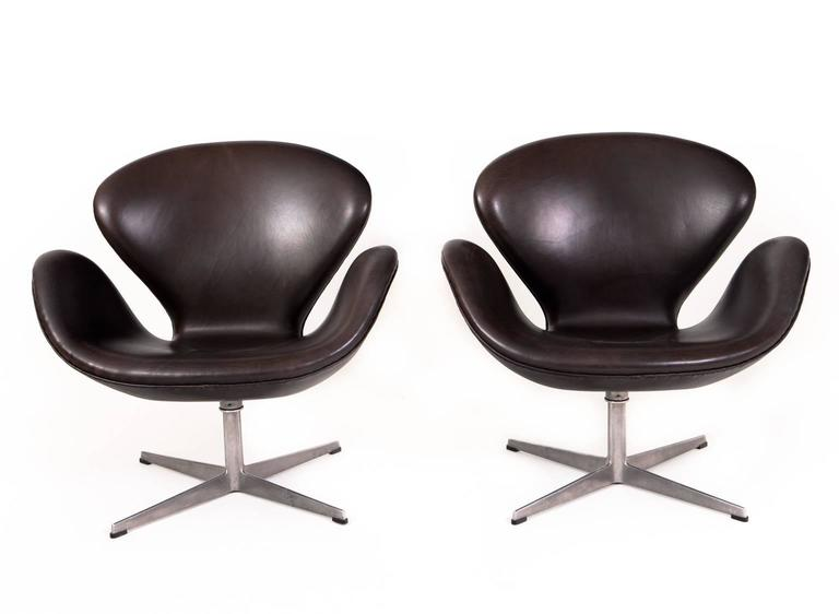 Arne jacobsen pair of swan chairs for sale at 1stdibs for Swan chairs for sale
