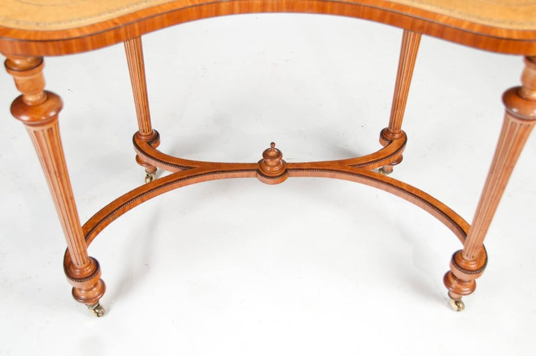 Fine 19th Century Satinwood Kidney Shape Side Writing Table For Sale 1