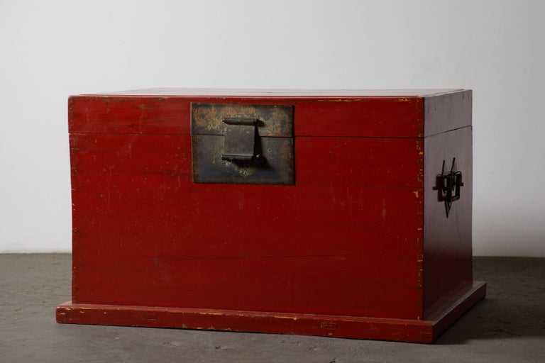 Late 19th Century Chinese Red Lacquer Trunk In Good Condition For Sale In Los Angeles, CA
