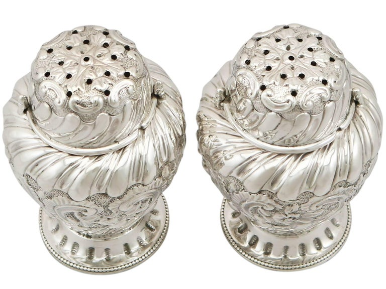 English 1880s Pair of Victorian Sterling Silver Condiment Shakers For Sale