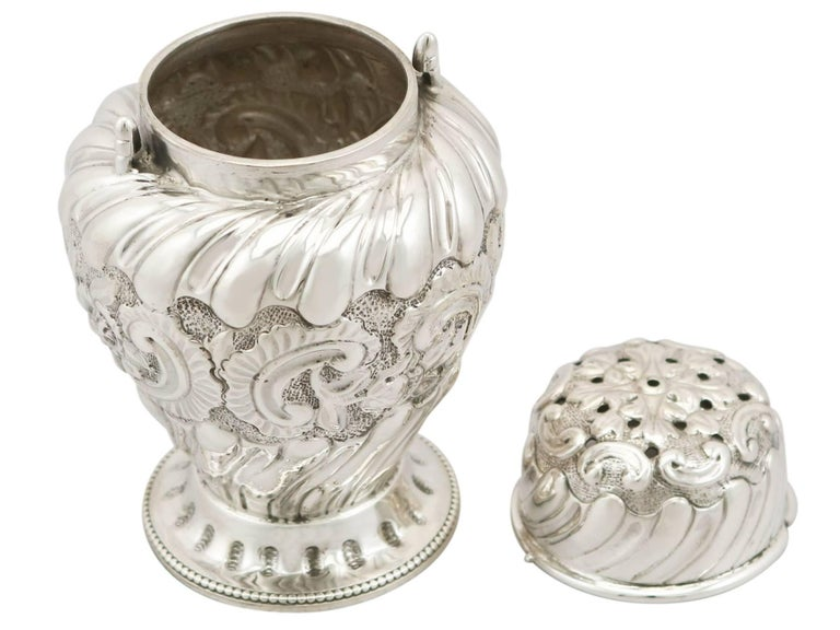 1880s Pair of Victorian Sterling Silver Condiment Shakers For Sale 3