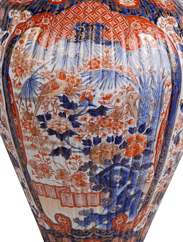 A fine quality hand-painted 19th century lidded Imari vase, having classical exotic oriental floral decoration with birds, flowers and motifs.