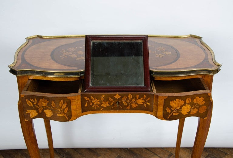 Early 20th Century Pair of Louis XV Style Inlaid Side Tables For Sale