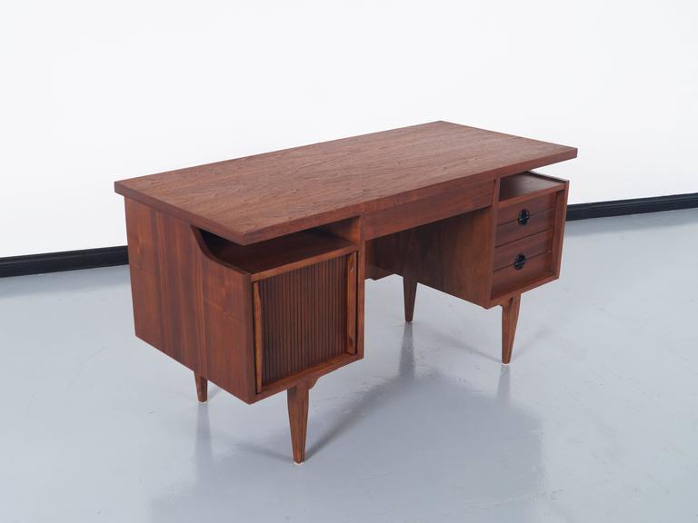 mid century modern mid century walnut desk by hooker for sale - Herman Miller Umhllen Schreibtisch