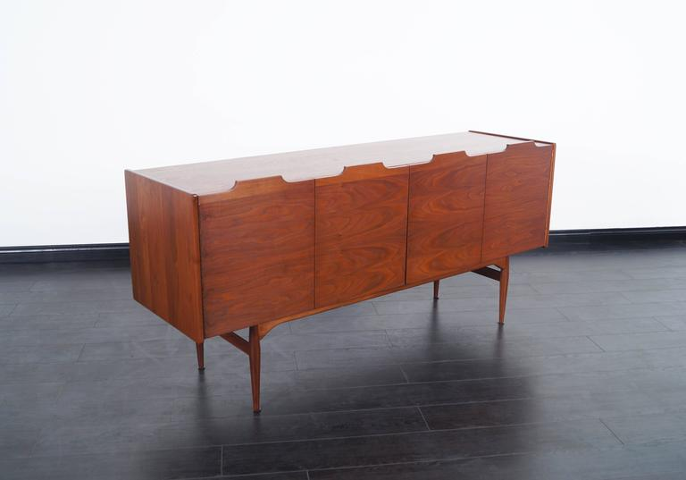 Exceptional vintage walnut credenza designed by John Caldwell for Brown Saltman in the United States, circa 1950s. This credenza stands out for a smooth design around the case that allows us to better appreciate the elegant grains of the walnut that