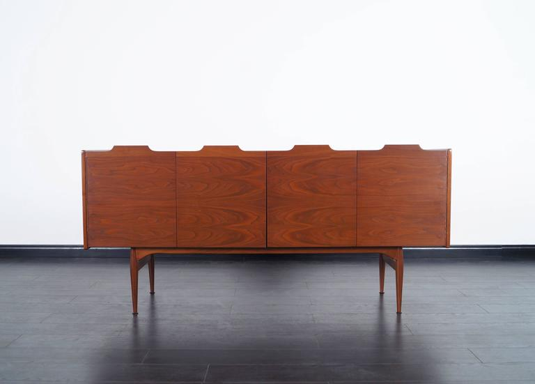 Vintage Walnut Bi-Folding Doors Credenza by John Caldwell for Brown Saltman In Excellent Condition For Sale In Burbank, CA