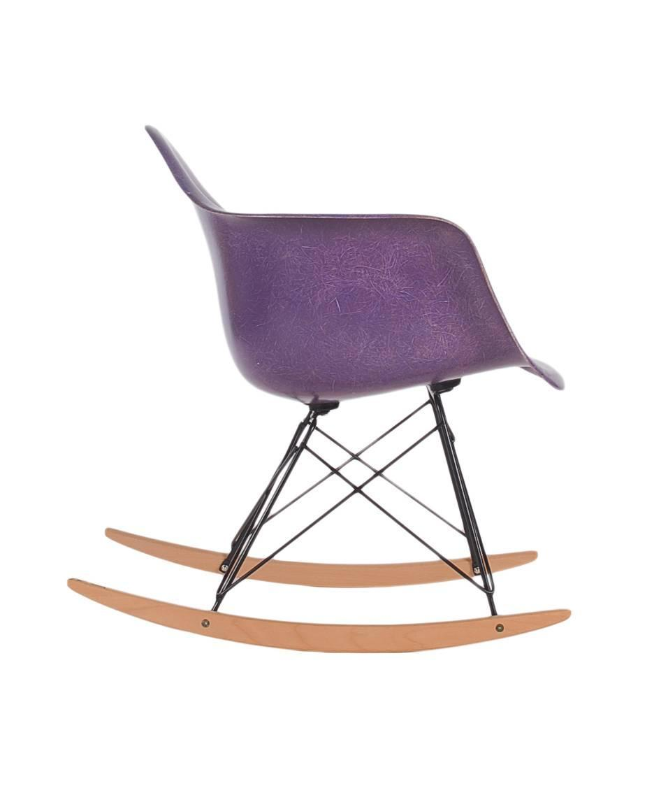 charles eames for herman miller purple fiberglass lounge rocking chair rar for sale at 1stdibs. Black Bedroom Furniture Sets. Home Design Ideas