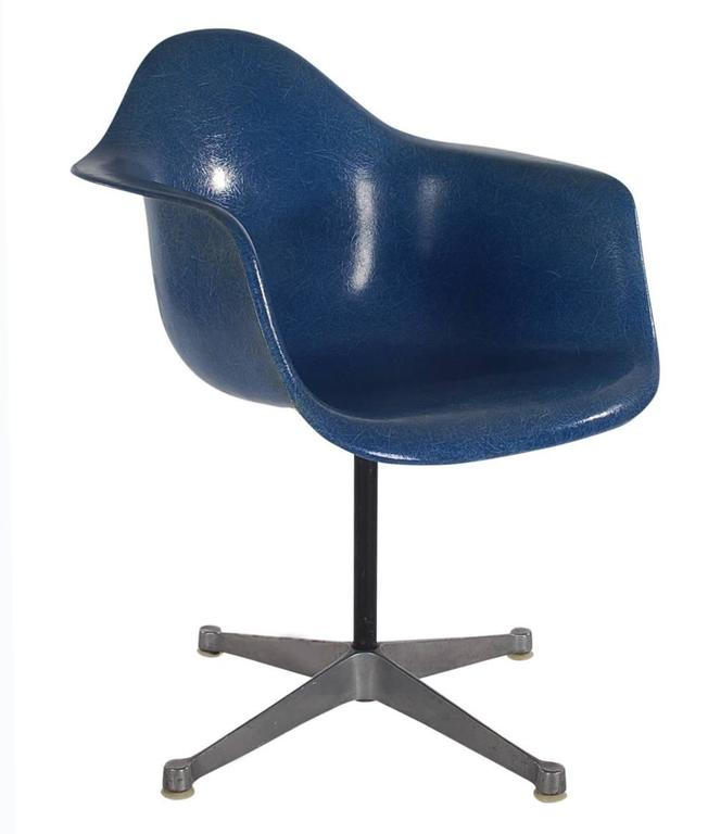 Mid-Century Modern Mid-Century Charles Eames Herman Miller Fiberglass Dining Chairs in Royal Blue For Sale