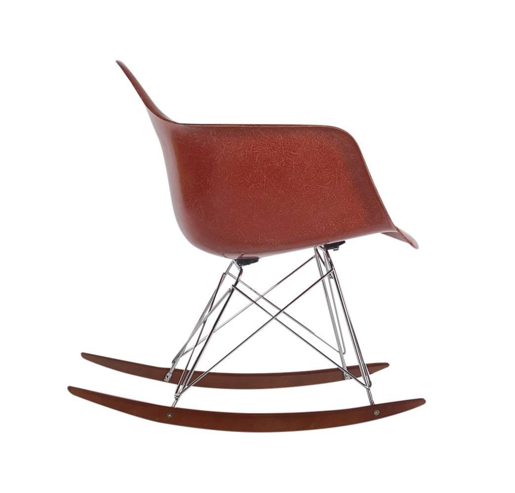 mid century eames herman miller fiberglass rocking lounge chair in terracotta for sale at 1stdibs. Black Bedroom Furniture Sets. Home Design Ideas