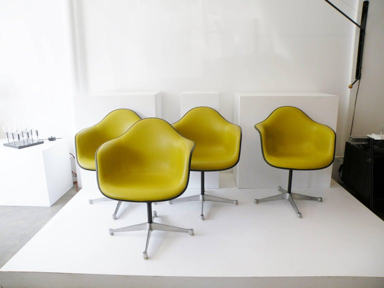 Molded Charles & Ray Eames Herman Miller Set of Four Aluminum Group Shell Armchairs For Sale