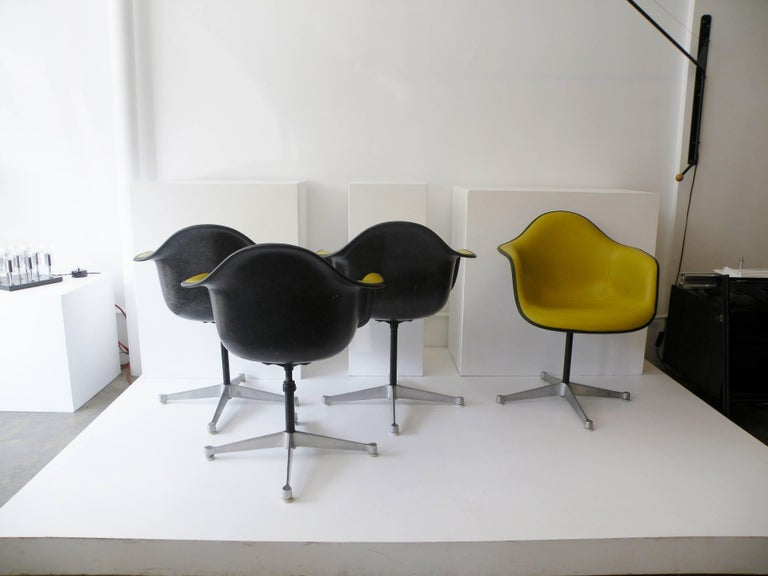 Charles & Ray Eames Herman Miller Set of Four Aluminum Group Shell Armchairs For Sale 1