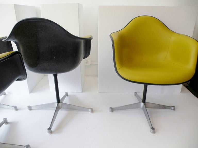Charles & Ray Eames Herman Miller Set of Four Aluminum Group Shell Armchairs For Sale 2