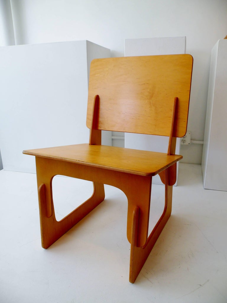 After WWII, American furniture manufacturers began to explore production options using new materials created for the war effort. The Knockdown Furniture Co. created their simple and modern line of furniture from plywood. Designed to furnish the new