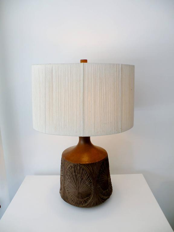 Striking Mid-Century David Cressey & Robert Maxwell sgraffito decorated studio art pottery table lamp from their workshop, Earthgender. Body of lamp measures 15