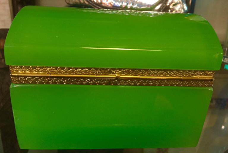 French 19th Century Green Opaline Box In Excellent Condition For Sale In Chicago, IL