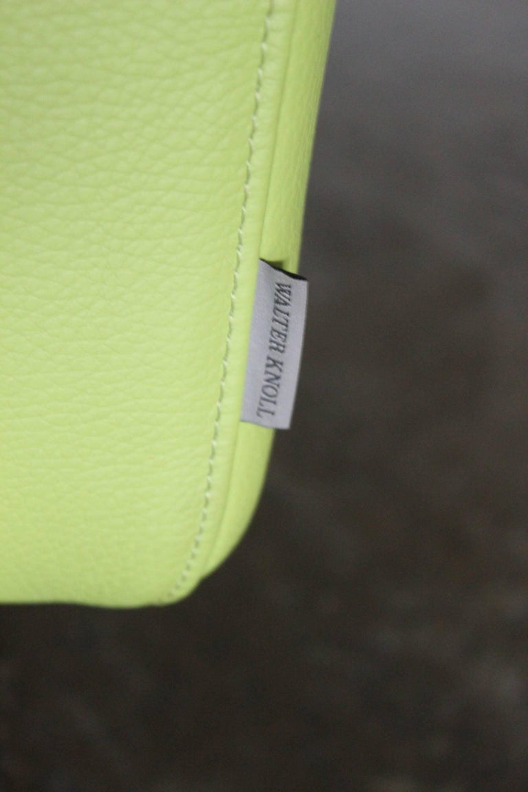 """Pair of Walter Knoll 2.5-Seat Sofa in Pristine Lime-Green """"Pelle"""" Leather 3"""