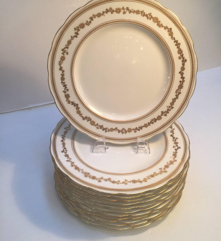 Set of 12 English Dinner Service Plates In Excellent Condition For Sale In Lambertville, NJ