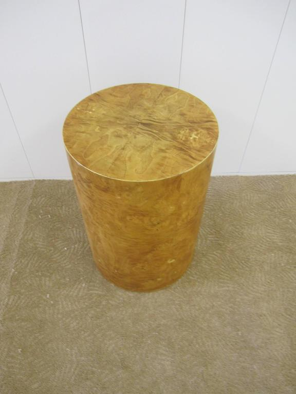 Vintage Modern Round Burl Wood Pedestal Side Table in the Style of Milo Baughman In Good Condition For Sale In New York, NY