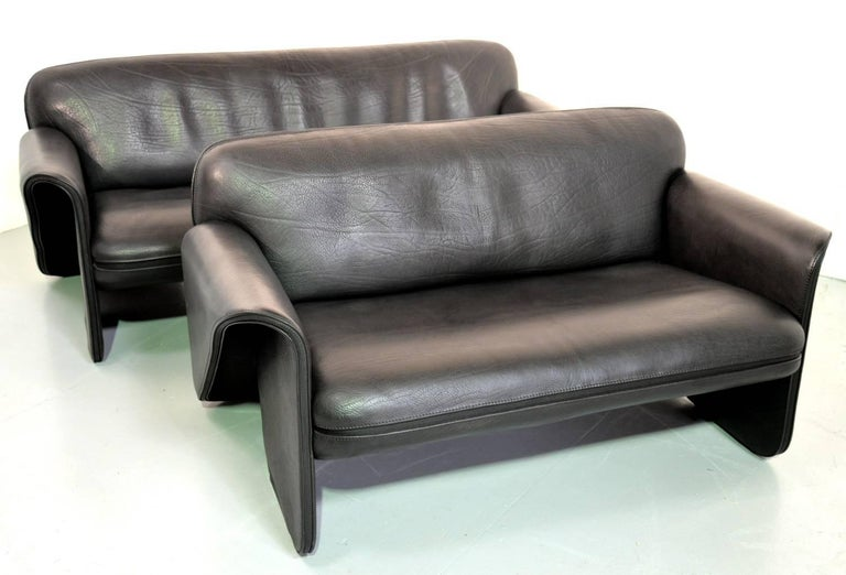 Discounted airfreight for our US and international customers (from 2 weeks door to door)  We are delighted to bring to you an ultra rare pair of vintage De Sede DS 125 sofas designed by Gerd Lange in 1978. These sculptural pieces are upholstered in
