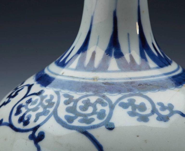 Antique Japanese Imari Porcelain Blue and White Vase, 17th Century In Fair Condition For Sale In Bishop's Stortford, Hertfordshire