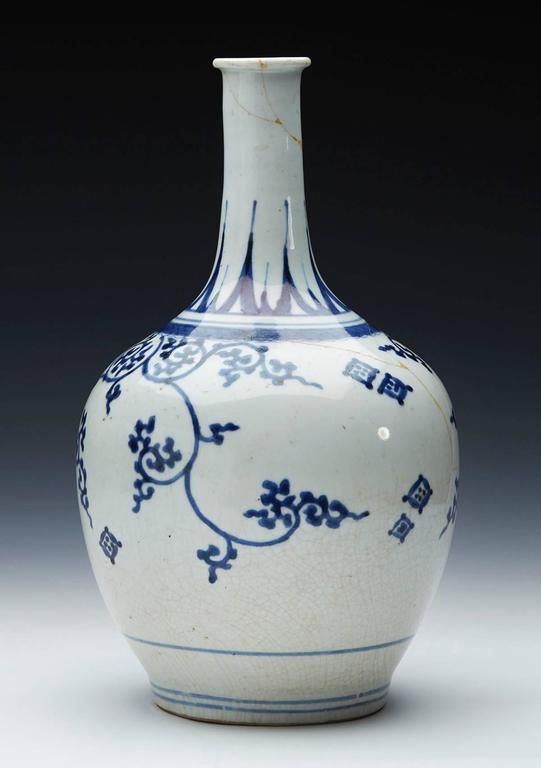 Antique Japanese Imari Porcelain Blue and White Vase, 17th Century For Sale 4