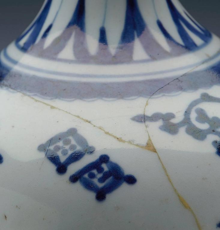 Antique Japanese Imari Porcelain Blue and White Vase, 17th Century For Sale 3