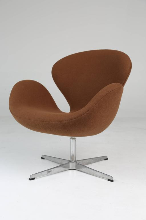 Scandinavian Modern Swan Swivel Arm Chair by Arne Jacobsen for Fritz Hansen For Sale