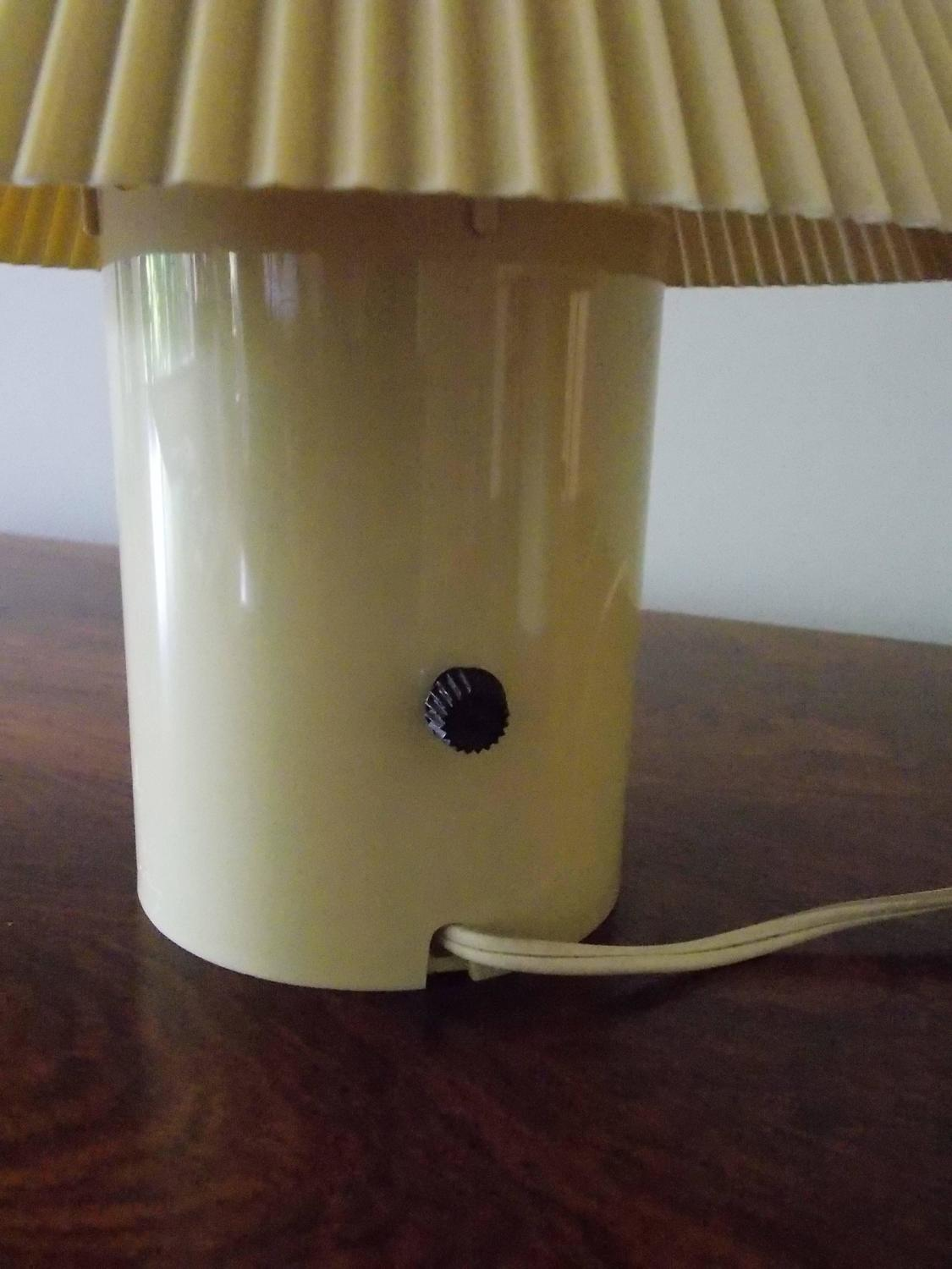 small vintage bedroom lamps at 1stdibs. Black Bedroom Furniture Sets. Home Design Ideas