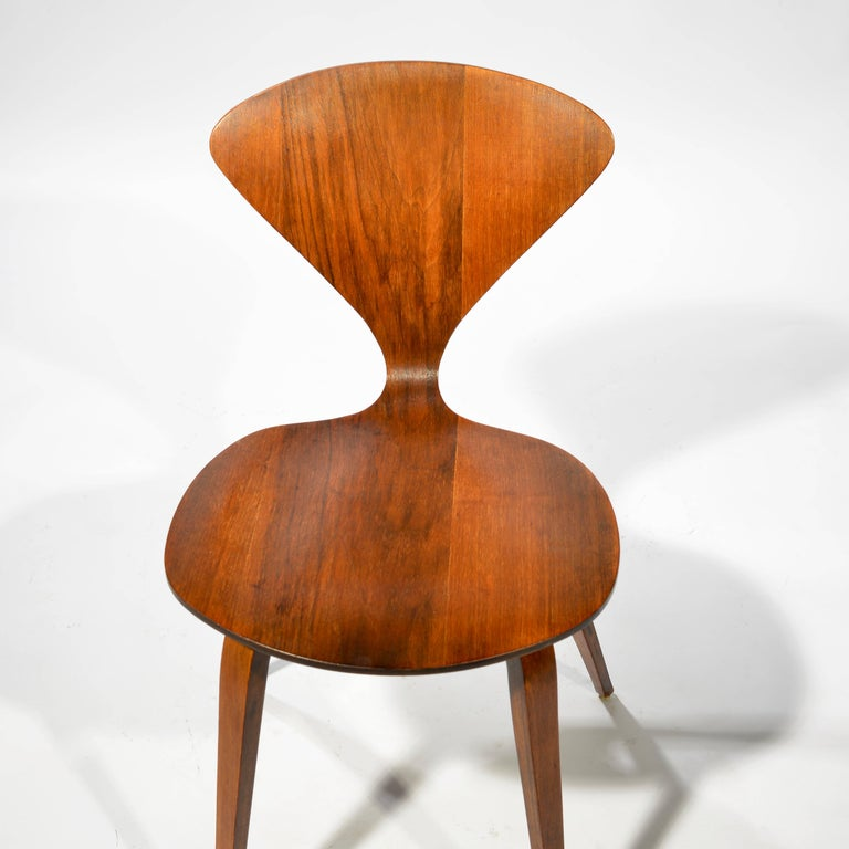 Set of Four Early Norman Cherner Dining Chairs in Walnut for Plycraft  In Excellent Condition For Sale In Los Angeles, CA