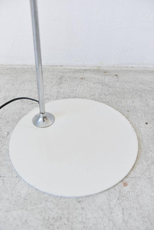 White Enamel Standing Floor Lamp by Robert Sonneman, circa 1970 In Good Condition For Sale In Costa Mesa, CA