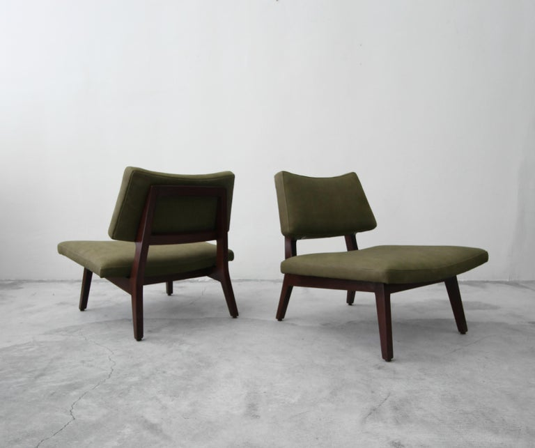 Pair of Midcentury Walnut and Leather Slipper Lounge Chairs by Jens Risom In Excellent Condition For Sale In Las Vegas, NV