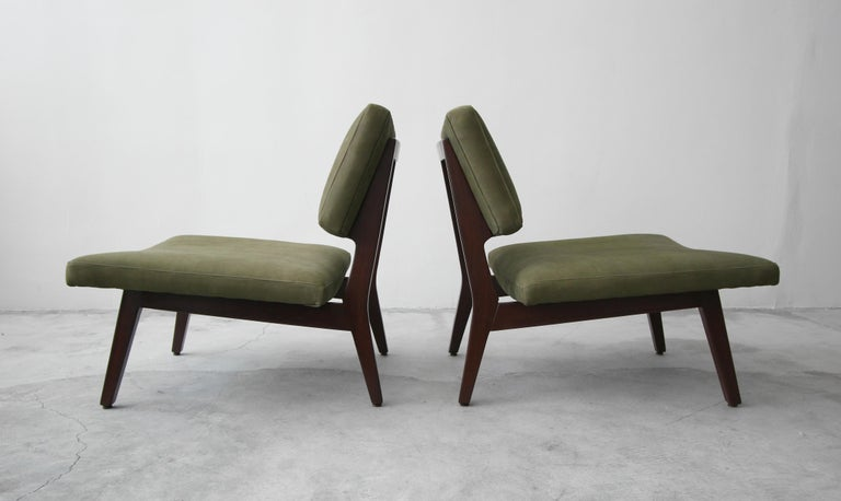 Pair of Midcentury Walnut and Leather Slipper Lounge Chairs by Jens Risom For Sale 1
