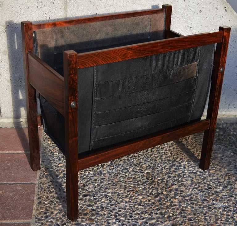 This lovely quality Danish modern rosewood magazine rack has a gorgeous leather double magazine rack with vertically quilted detailing on one side and a rosewood and leather insert. In gorgeous condition and a real looker! The leather is beautiful