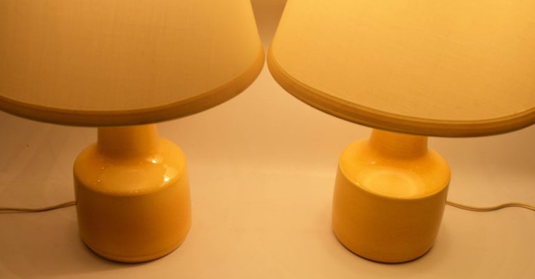 Pair of Small Soft Yellow Lotte and Gunnar Bostlund Ceramic Bedside Lamps In Excellent Condition For Sale In New Westminster, British Columbia