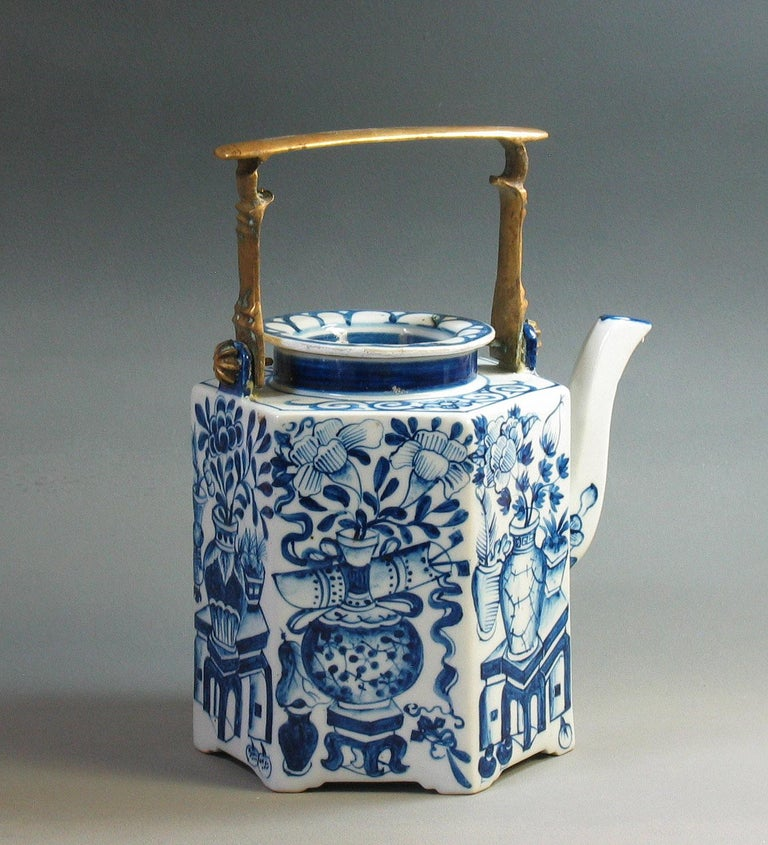 Charming Chinese Export Hexagonal Blue & White Teapot with Brass Handle & Tray In Good Condition For Sale In Ottawa, Ontario