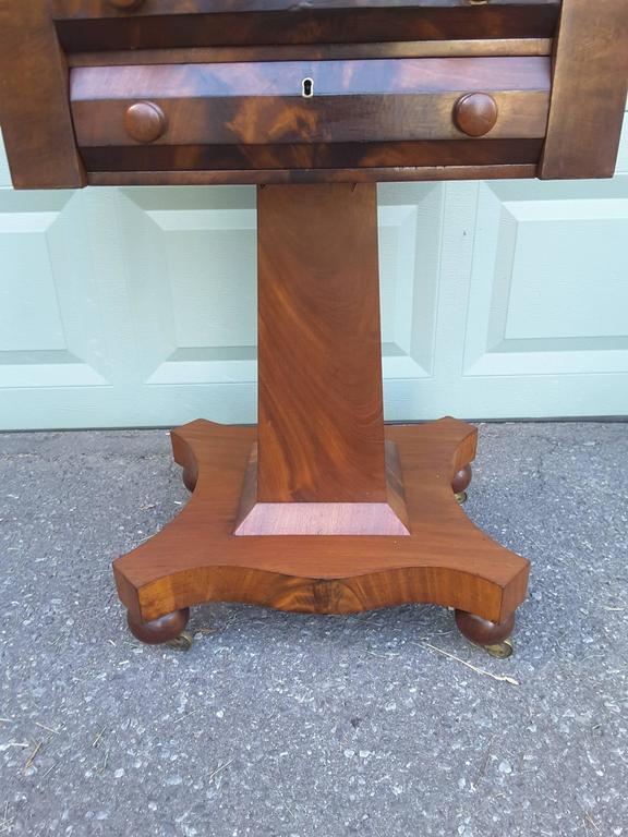 Pine Neoclassical American Empire Drop-Leaf Side Table in Mahogany, circa 1830-1840 For Sale