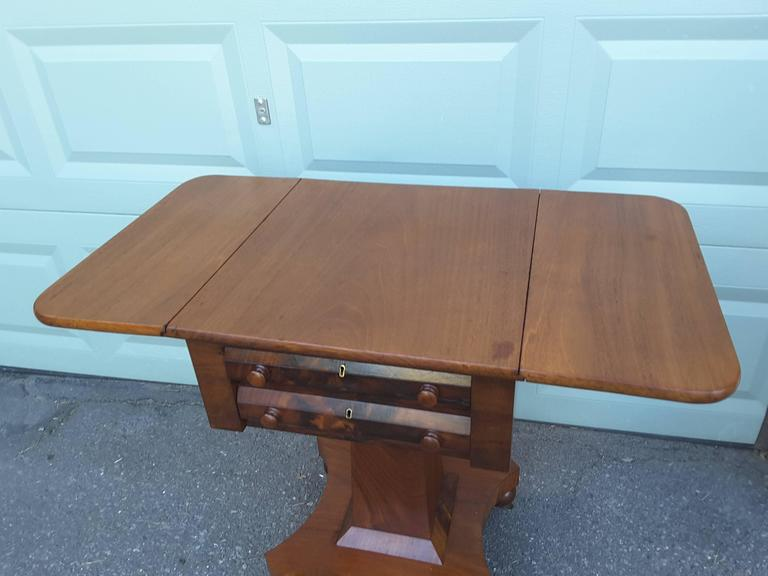 Neoclassical American Empire Drop-Leaf Side Table in Mahogany, circa 1830-1840 In Good Condition For Sale In Ottawa, Ontario