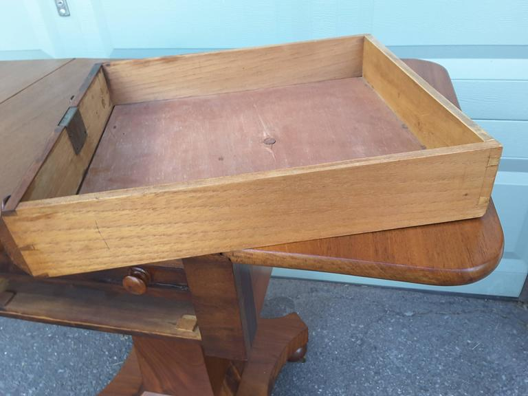 Neoclassical American Empire Drop-Leaf Side Table in Mahogany, circa 1830-1840 For Sale 3