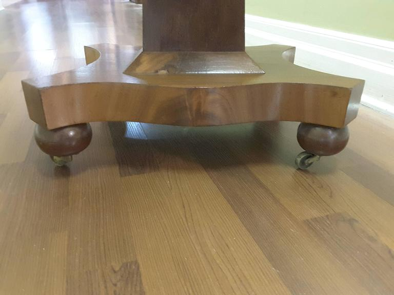 Neoclassical American Empire Drop-Leaf Side Table in Mahogany, circa 1830-1840 For Sale 4