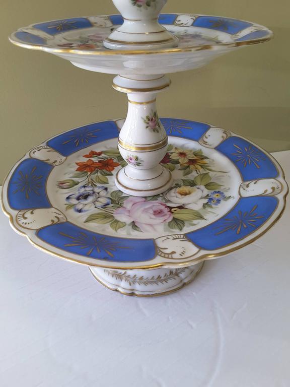 Rare Paris Figural Porcelain Three-Tier Dessert Tazza, circa 1850 In Good Condition For Sale In Ottawa, Ontario