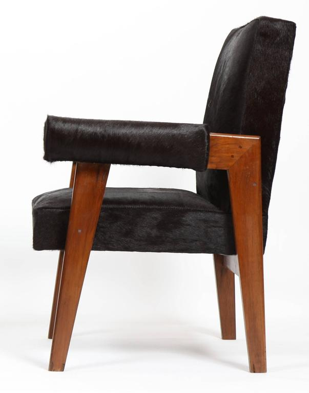 Le Corbusier (1887-1965) - Pierre Jeanneret (1896-1967) Lawyer chair model teak armchair with a flat sloping back and lateral bridged legs. Detached armrests with rounder cuffs. Seat, back and cuffs covered with restored black hair black skin, circa